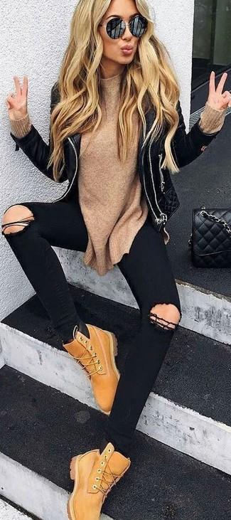 Cómo combinar: chaqueta motera de cuero acolchada negra, jersey con cuello circular marrón claro, vaqueros pitillo desgastados negros, botas planas con cordones de nubuck marrón claro