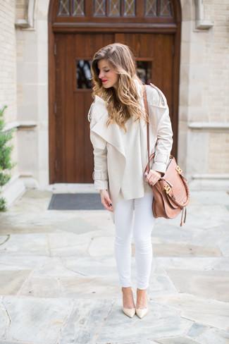 Cómo combinar: chaqueta motera en beige, jersey con cuello circular en beige, vaqueros pitillo blancos, zapatos de tacón de cuero en beige