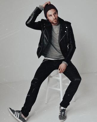 Cómo combinar: chaqueta motera de cuero negra, jersey con cuello circular gris, vaqueros pitillo desgastados negros, tenis de ante en gris oscuro