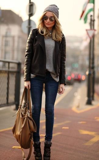 Cómo combinar: chaqueta motera de cuero en marrón oscuro, jersey con cuello circular gris, vaqueros pitillo azul marino, botines de cuero en marrón oscuro