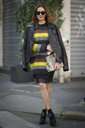 Cómo combinar: chaqueta motera de cuero negra, jersey con cuello circular de mohair de rayas horizontales en multicolor, vestido tubo de encaje negro, zapatos de tacón de cuero negros