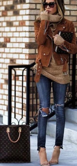 Look de moda: Chaqueta motera de ante marrón, Jersey con cuello vuelto holgado marrón claro, Vaqueros pitillo desgastados azul marino, Sandalias de tacón de cuero en beige