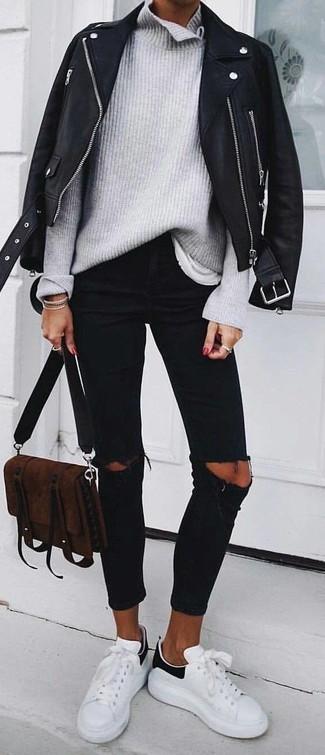 Cómo combinar: chaqueta motera de cuero negra, jersey de cuello alto de punto gris, camiseta con cuello circular blanca, vaqueros pitillo desgastados negros