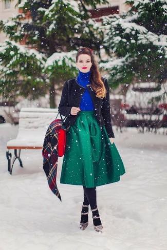 Cómo combinar: chaqueta motera de punto negra, jersey de cuello alto azul, falda campana verde, zapatos de tacón de cuero de leopardo marrónes