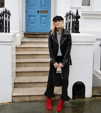 Cómo combinar: chaqueta motera de cuero negra, jersey de cuello alto de punto gris, falda pantalón negra, botines de ante rojos
