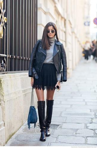 Cómo combinar: chaqueta motera de cuero negra, jersey de cuello alto gris, falda skater de encaje negra, botas sobre la rodilla de cuero negras