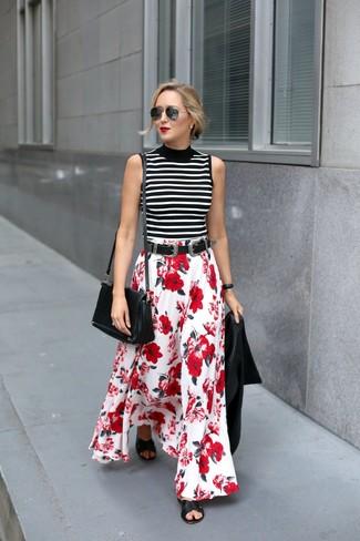 Cómo combinar: chaqueta motera de cuero negra, jersey de cuello alto sin mangas de rayas horizontales en blanco y negro, falda larga con print de flores en rojo y blanco, sandalias planas de cuero negras