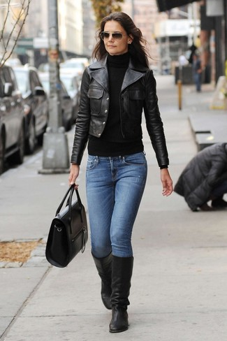 Look de Katie Holmes: Chaqueta motera de cuero negra, Jersey de cuello alto negro, Vaqueros azules, Botas de caña alta de cuero negras
