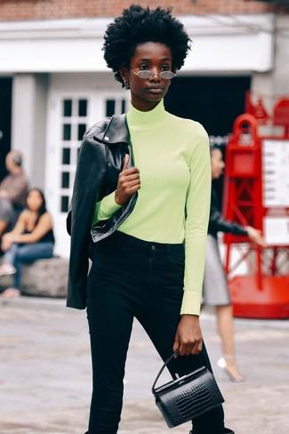 Cómo combinar: chaqueta motera de cuero negra, jersey de cuello alto en amarillo verdoso, vaqueros negros, botas de caña alta de cuero negras