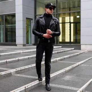 Cómo combinar: chaqueta motera de cuero negra, jersey de cuello alto negro, vaqueros negros, botines chelsea de cuero negros