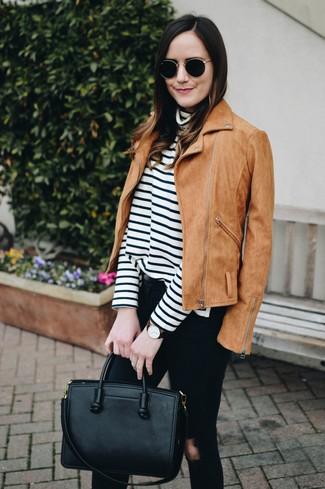 Cómo combinar: chaqueta motera de ante marrón claro, jersey de cuello alto de rayas horizontales en blanco y negro, vaqueros pitillo desgastados negros, bolsa tote de cuero negra