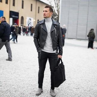 Cómo combinar: chaqueta motera de cuero negra, jersey de cuello alto gris, vaqueros pitillo negros, botines chelsea de ante grises
