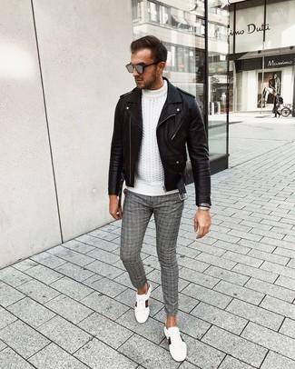 Cómo combinar: chaqueta motera de cuero negra, jersey de ochos blanco, pantalón chino de tartán gris, tenis de cuero estampados blancos