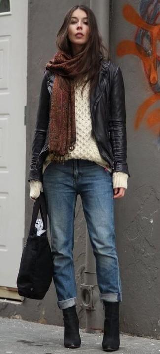 Cómo combinar: chaqueta motera de cuero negra, jersey de ochos blanco, vaqueros boyfriend azules, botines de ante negros