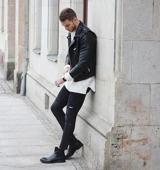 Cómo combinar: chaqueta motera de cuero negra, jersey de ochos blanco, vaqueros pitillo desgastados negros, botines chelsea de cuero negros