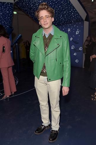 Cómo combinar: chaqueta motera de cuero verde, jersey de pico estampado verde oliva, camisa de manga larga de cambray celeste, vaqueros en beige