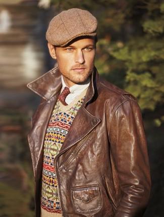Cómo combinar: chaqueta motera de cuero marrón, jersey de pico de grecas alpinos en beige, camisa de manga larga blanca, gorra inglesa de tartán marrón