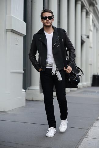 Cómo combinar: chaqueta motera negra, jersey de pico gris, camiseta con cuello en v blanca, vaqueros pitillo negros
