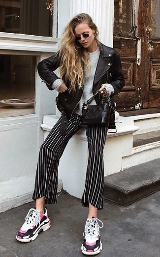 Cómo combinar: chaqueta motera de cuero negra, jersey oversized gris, pantalones anchos de rayas verticales en negro y blanco, deportivas blancas