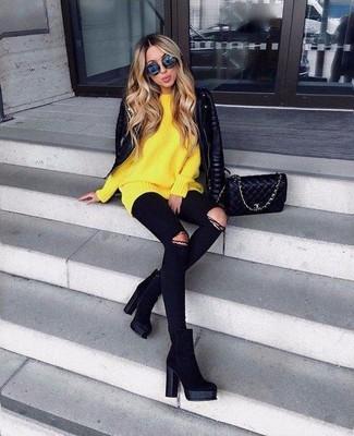 Cómo combinar: chaqueta motera de cuero acolchada negra, jersey oversized amarillo, vaqueros pitillo desgastados negros, botines de ante negros