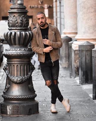 Cómo combinar: chaqueta motera de ante marrón, camiseta con cuello circular estampada negra, vaqueros pitillo desgastados negros, botines chelsea de ante en beige