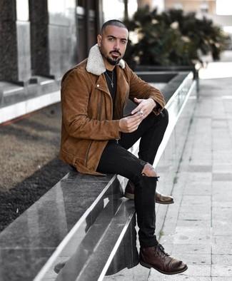 Cómo combinar: chaqueta motera de ante marrón, camiseta con cuello circular negra, vaqueros pitillo desgastados negros, botas casual de cuero en marrón oscuro