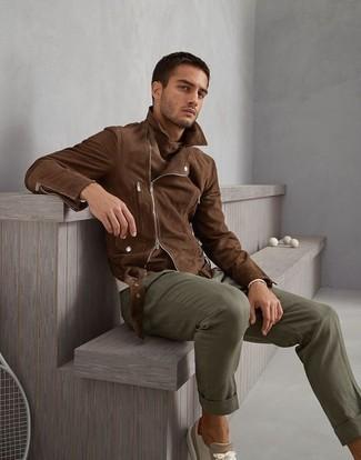 Cómo combinar: chaqueta motera de ante marrón, jersey con cuello circular en beige, pantalón chino verde oliva, tenis de ante en beige