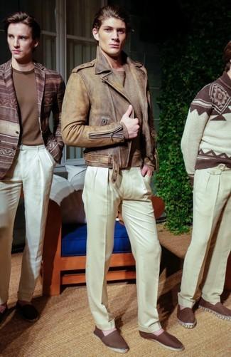 Cómo combinar: chaqueta motera de cuero marrón, jersey con cuello circular marrón claro, pantalón de vestir blanco, alpargatas de lona en marrón oscuro