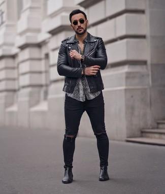 Cómo combinar: chaqueta motera de cuero negra, camisa de manga corta con print de serpiente gris, vaqueros pitillo desgastados negros, botines chelsea de cuero negros