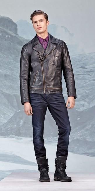 Cómo combinar: chaqueta motera de cuero negra, camisa de manga larga estampada morado, vaqueros azul marino, botas de trabajo de cuero negras