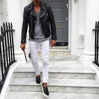 Cómo combinar: chaqueta motera de cuero negra, camiseta con cuello circular gris, pantalón chino blanco, zapatillas slip-on de cuero negras