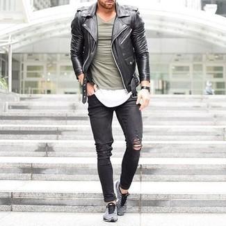 Mantén tu atuendo relajado con una chaqueta motera de cuero negra y unos vaqueros pitillo desgastados negros. Deportivas son una sencilla forma de complementar tu atuendo.