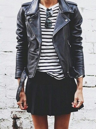 Cómo combinar: chaqueta motera de cuero negra, camiseta de manga larga de rayas horizontales en blanco y negro, falda skater negra, gafas de sol negras