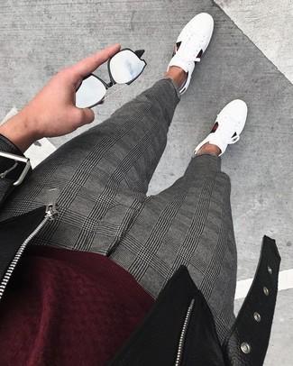 Cómo combinar: chaqueta motera de cuero negra, jersey con cuello circular burdeos, pantalón de vestir de tartán gris, tenis de cuero blancos