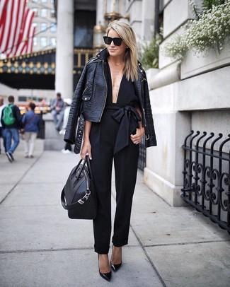 Cómo combinar: chaqueta motera de cuero negra, mono negro, zapatos de tacón de cuero negros, bolsa tote de cuero negra