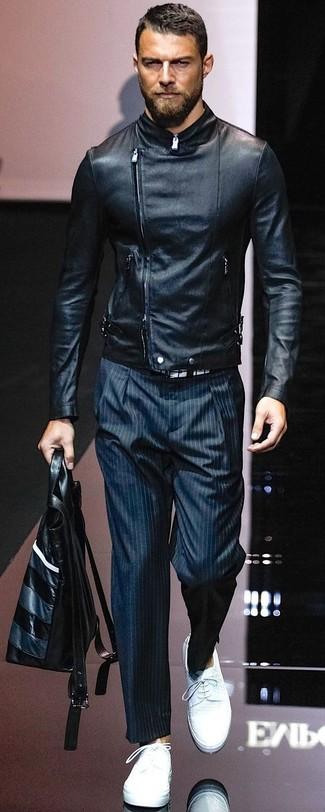 Cómo combinar: chaqueta motera de cuero negra, pantalón de vestir de rayas verticales azul marino, zapatos derby de cuero blancos, bolsa tote de cuero negra
