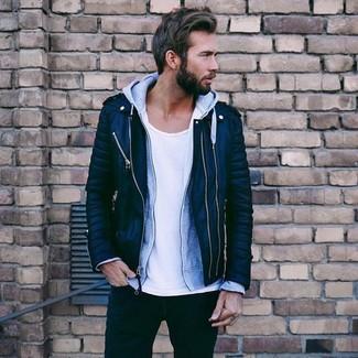 Cómo combinar: chaqueta motera de cuero acolchada negra, sudadera con capucha gris, camiseta con cuello circular blanca, vaqueros negros