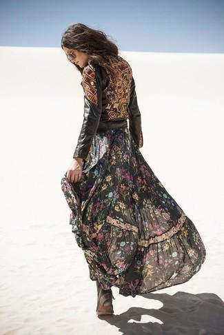 Cómo combinar: chaqueta motera de cuero con adornos negra, vestido largo de gasa con print de flores negro, botas planas con cordones de ante en marrón oscuro, gafas de sol en marrón oscuro
