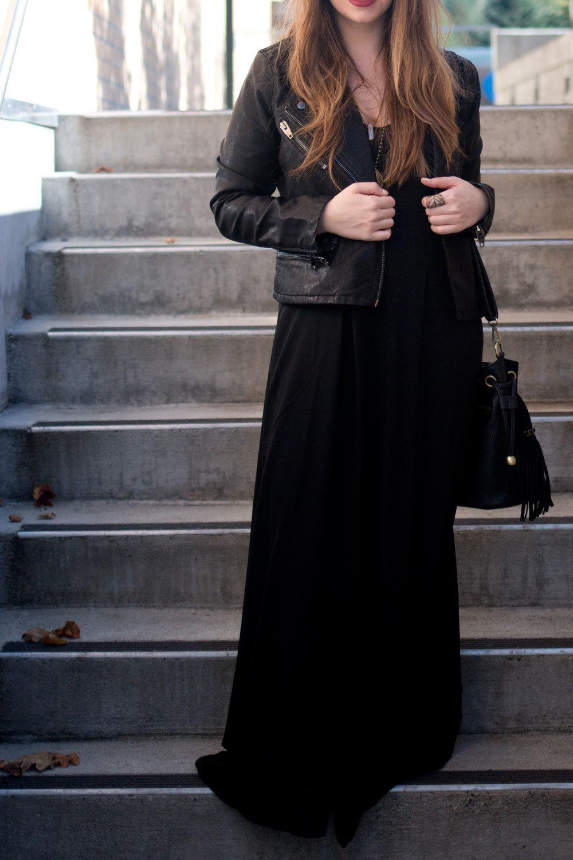 Vestido negro con casaca de cuero