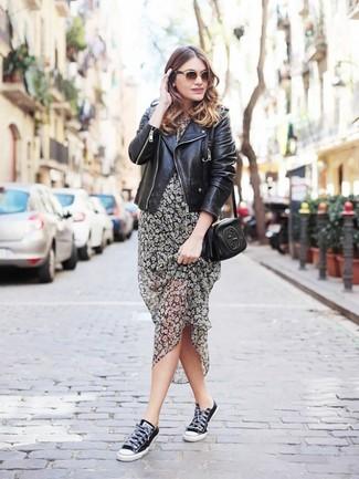 Cómo combinar: chaqueta motera de cuero negra, vestido midi con print de flores gris, tenis de lona negros, bolso bandolera de cuero negro