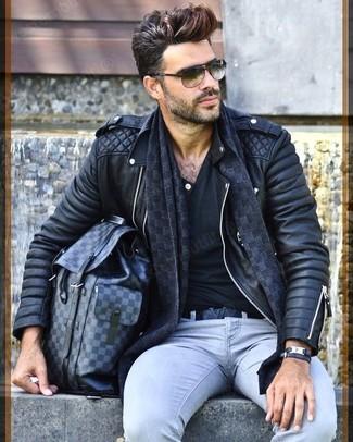 Una chaqueta motera de cuero acolchada negra y una bufanda a cuadros son una gran fórmula de vestimenta para tener en tu clóset.