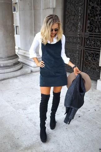 Cómo combinar: chaqueta motera de cuero negra, pichi negro, camisa de vestir blanca, botas sobre la rodilla de ante negras