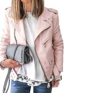 Cómo combinar: chaqueta motera de cuero rosada, top con sobrefalda blanco, vaqueros azules, bolso bandolera de cuero gris