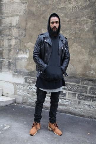 Cómo combinar: chaqueta motera de cuero negra, sudadera con capucha negra, camiseta con cuello circular gris, vaqueros negros