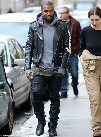 Cómo combinar: chaqueta motera de cuero estampada negra, sudadera con capucha gris, camiseta con cuello circular de camuflaje verde oliva, vaqueros negros
