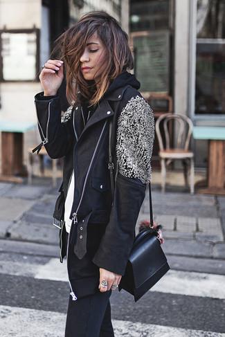 Cómo combinar: chaqueta motera de cuero con adornos negra, sudadera con capucha negra, camiseta con cuello circular blanca, vaqueros pitillo negros