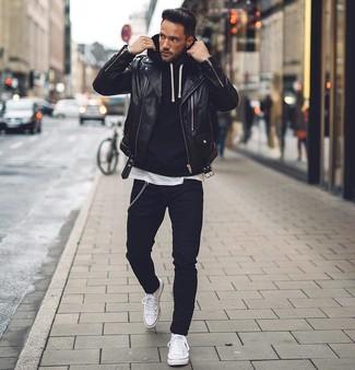 Cómo combinar: chaqueta motera de cuero negra, sudadera con capucha negra, camiseta con cuello circular blanca, vaqueros pitillo negros