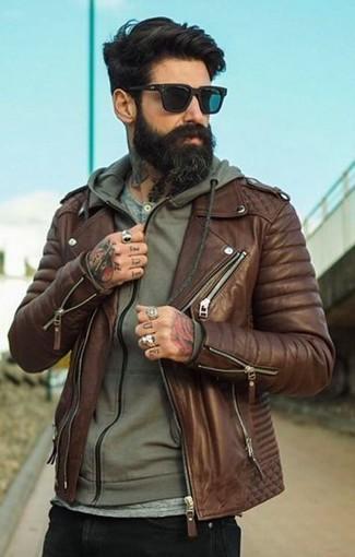 Cómo combinar: chaqueta motera de cuero marrón, sudadera con capucha verde oliva, camiseta henley gris, vaqueros pitillo negros