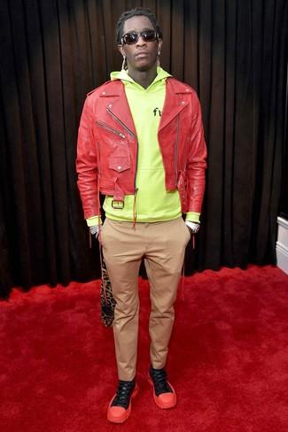 Cómo combinar: chaqueta motera de cuero roja, sudadera con capucha en amarillo verdoso, pantalón chino marrón claro, deportivas en rojo y negro