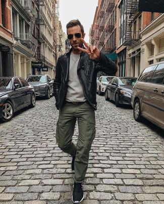 Cómo combinar: chaqueta motera de cuero negra, sudadera gris, pantalón cargo verde oliva, deportivas negras